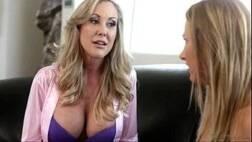 Lesbica mamando peito da amiga gostosa