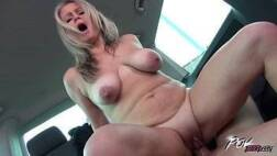 Baixar vídeos pornô dessa linda loira peituda viciada em dar a xota dentro do carro