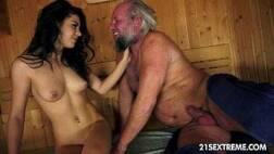 Oloxa ninfetinha linda transando na sauna com o coroa sacana