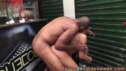 Pelada no bar empinando a bunda e transando