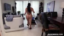 Porno 2016 bunduda safada limpando a casa do seu patrão completamente pelada