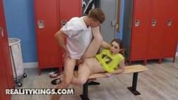 Reality king alunos taradinhos fodendo dentro do vestiário em sexo escondido