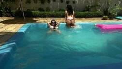 Sexo acervo gostosas mostrando os peitos na piscina