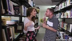 Sexo na biblioteca com uma gostosa que empinou de quatro