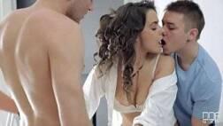 Site de video porno jovem de 18 anos traindo o namorado com dois novinhos pauzudos
