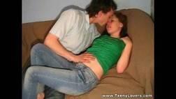 Vídeos de sexo gratis com essa linda novinha transando muito encima do sofá