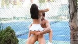 Xvideo sexo com essa magrinha tarada transando na quadra de tenis