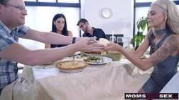 Xvideos porno gratis bem dotado socando na sogra e na namorada