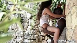 Zxvideos negão roludo arrombando a magrinha gostosa