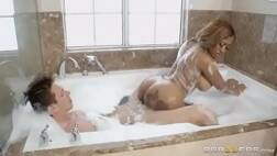 Pornozaobr mulata cavala dando a buceta dentro da banheira de casa