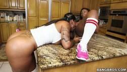 X video.com.br negras lésbicas fodendo em cima da mesa da cozinha em sexo quente