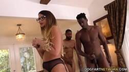 Corno sendo humilhado vendo mulher foder com dois homens