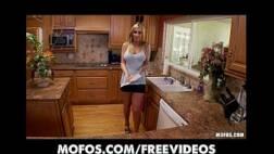 Piriquita nervosa se masturbando na cozinha