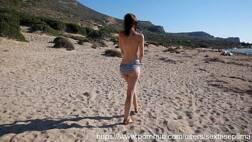 Baixar vídeo pornô dessa magrinha tesuda dando o cuzinho na praia