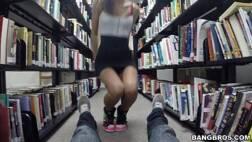 Colocando a namorada pra mamar na biblioteca
