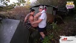 Gordinho fodendo a mulher do amigo no mato