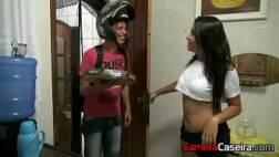 Foda brasileira fazendo sexo com o entregador de pizza
