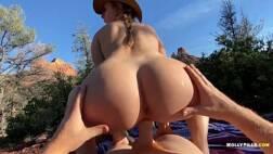Gostosa cavalgando na piroca grande no mato