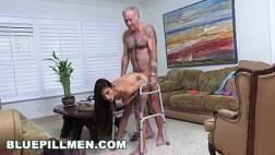 Mulher tarada dando a buceta apertada para o vovô
