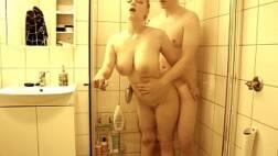 Casal amador gozando em uma foda no banheiro
