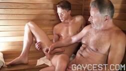 Coroa safado fazendo incesto com o sobrinho na sauna